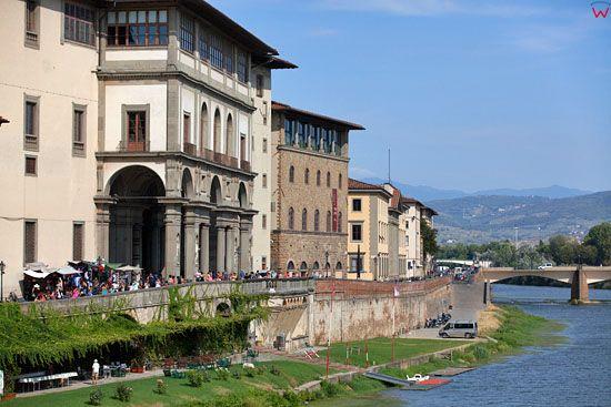 Nabrzeze przy Laungarno Generale Diaz nad rzeka Arno we Florencji. EU, Italia.