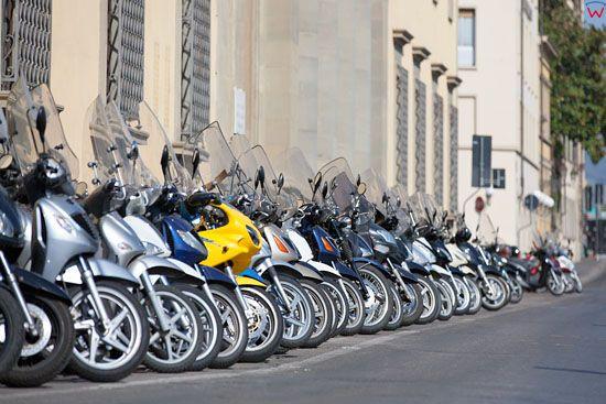 Zaparkowane skutery przy Laungarno Generale Diaz we Florencji. EU, Italia.