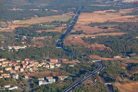 Autostrada A1 przebiegajaca przez Ponticino. EU, Italia, Toskania. LOTNICZE.