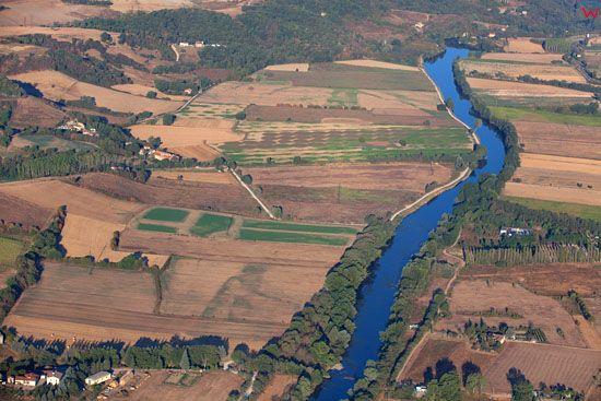 Rzeka Arno (Valle dell'Arno nei pressi di Laterina). EU, Italia, Toskania. LOTNICZE.