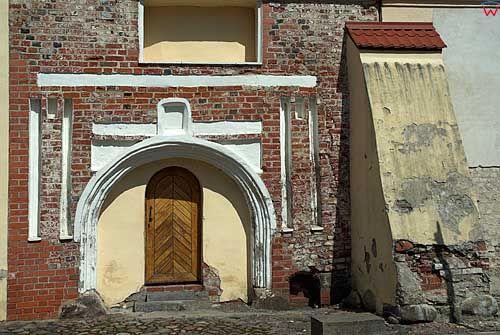 Litwa-Kowno (Kaunas). Brama przy kościele św. Trójcy.