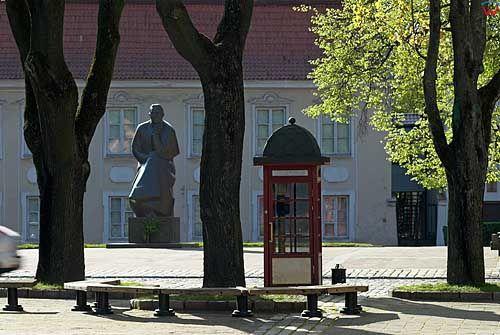 Litwa-Kowno (Kaunas). Pomnik Maironisa przy rynku.
