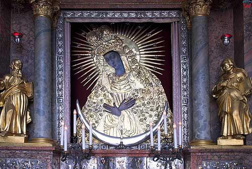Litwa-Wilno. Obraz Matki Boskiej Ostrobramskiej w Kaplicy Ostrobramskiej
