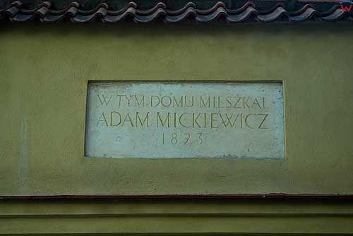 Litwa-Wilno. Tablica na bramie prowadzącej do domu w którym mieszkał A. Mickiewicz.