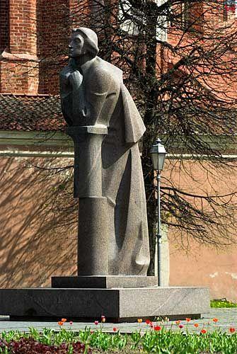 Litwa-Wilno. Pomnik Adama Mickiewicza przed kościołami Anny i Bernardynów.