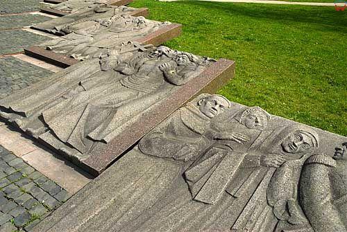 Litwa-Wilno. Płyty z płaskorzeźbami przy pomniku Adama Mickiewicza.