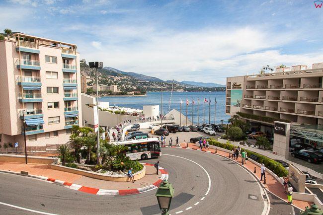 Monaco, 15.09.2015 r. ulica Avenue Princesse Grace na tle Lazurowego Wybrzeza.