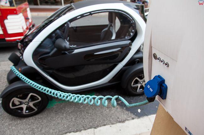 Monaco, 15.09.2015 r. Samochod z napedem elektrycznym w trakcie ladowania baterii.