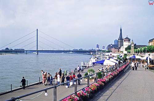 Niemcy. Dusseldorf deptak nad Renem