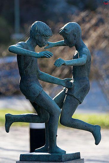 Karlskrona, pomnik dwoch chlopcow w okolicy Borgmastarekajen. EU, Szwecja.