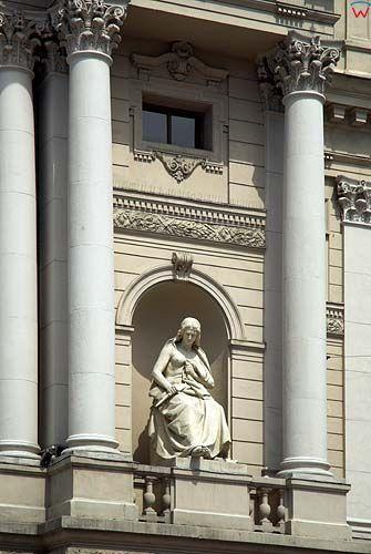 Lwów. Rzeźba symbolizująca tragedię w niszy Teatru Wielkiego.