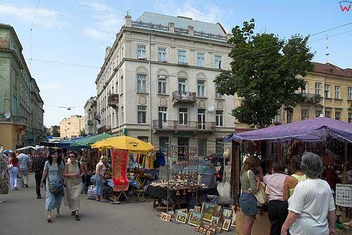 Lwów. Targ umiejscowiony między Teatram Dramatycznym a Cerkwią Preobrażeńską.