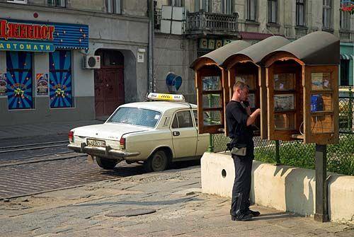 Lwów. Automaty telefoniczne przy ulicy Horodockiej.