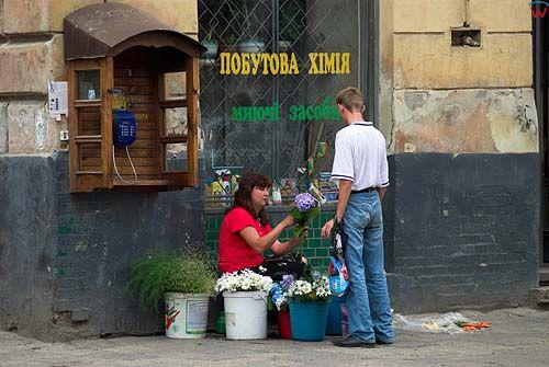 Lwów. Kobieta sprzedająca kwiaty przy ul. Horodockiej.
