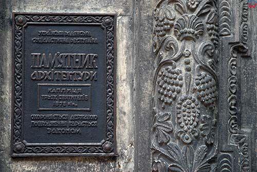 Lwów. Ornament i tablica pamiątkowa przed wejściem do Kaplicy Trzech Świętych Hierarchów.