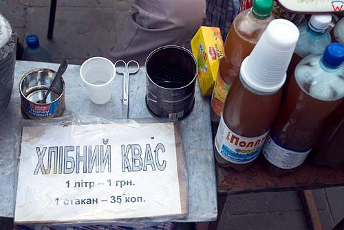 Lwów. Sprzedawca kwasu chlebowego przed pomnikiem Fedorowa.