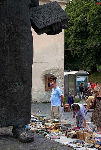 Lwów. Sprzedawcy książek przy pomniku Fedorowa.