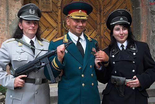 Lwów. Turyści przed sklepem z galanterią wojskową.